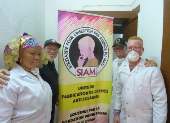 Au Mali, la Fondation soutient le travail de l'association Solidarité pour l'insertion des albinos du Mali